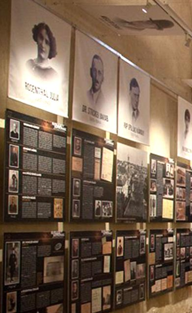 A kiállítás bemutatása, bal oldali falon lévő portréképek és zsidó élettörténetek - Elfeledett Soproniak Kiállítás