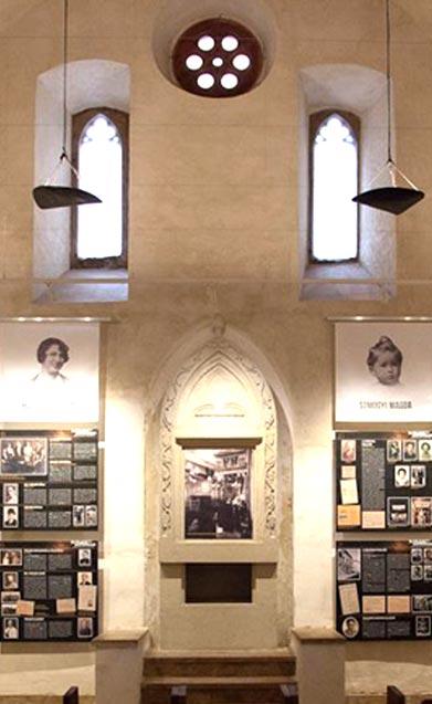 A kiállítás bemutatása, középen a falon lévő portréképek és zsidó élettörténetek - Zsinagógában - Elfeledett Soproniak Kiállítás