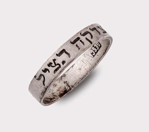 Ezüst gyűrű, vésett héber felirattal
