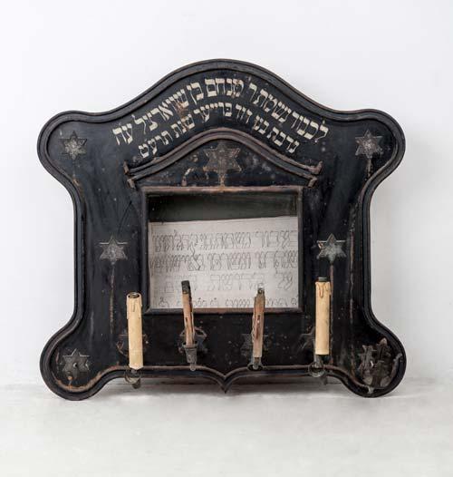 Elhunyt emlékére készített, üvegezett fém tábla gyertyatartókkal, Sopron, 1919
