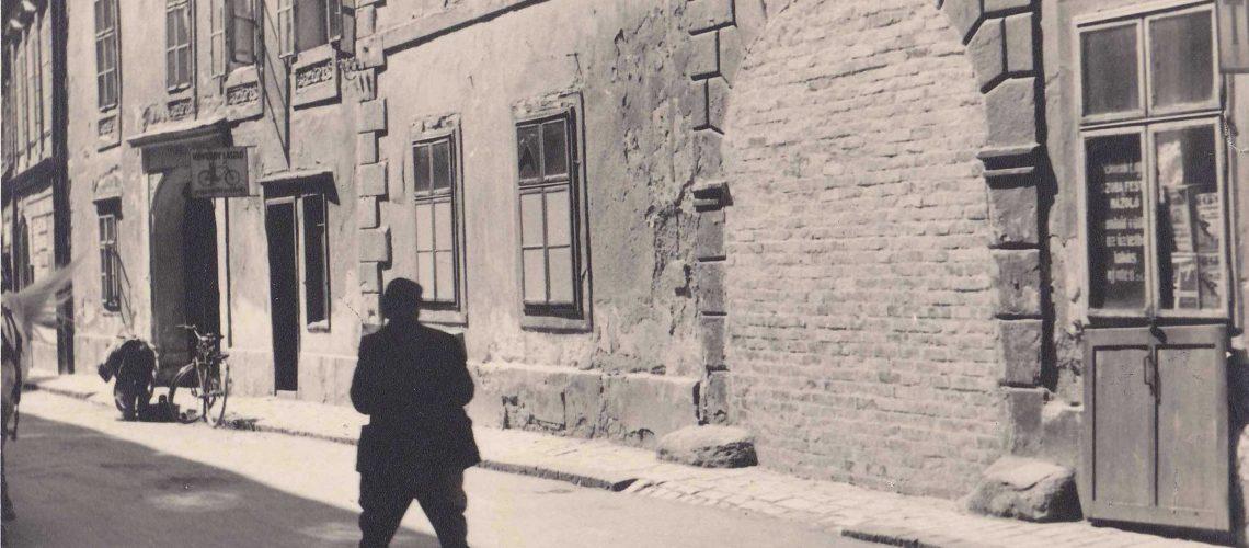 A Szt. György u. 6. sz. befalazott kapuja és befestett ablakai 1944-ben_MNL GYMSM Soproni Levéltára